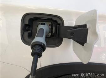 """新能源车""""一车难求"""" 买车是刚需还是保号"""