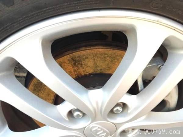 刹车盘生锈别大意,还以为踩几脚刹车就行了?车主容易忽略的隐患