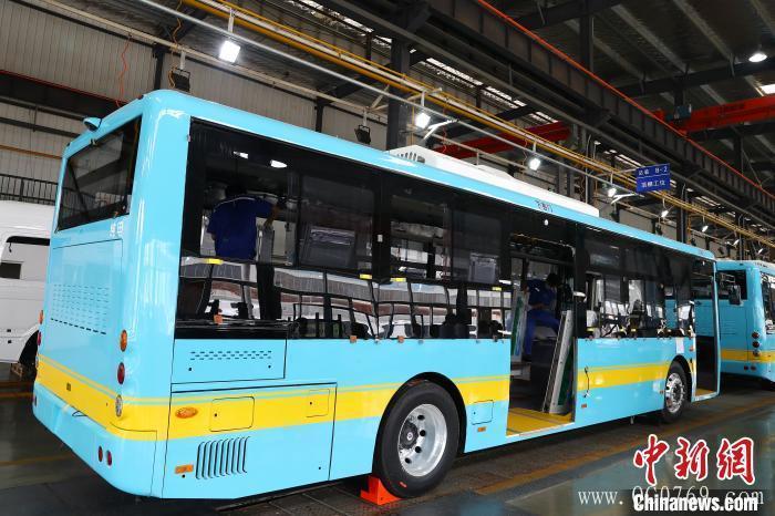 2020年6月2日,在位于江西省南昌市经开区的江西凯马百路佳有限公司内的汽车总装车间,44台纯电动公交正在有序生产中。 刘占昆 摄