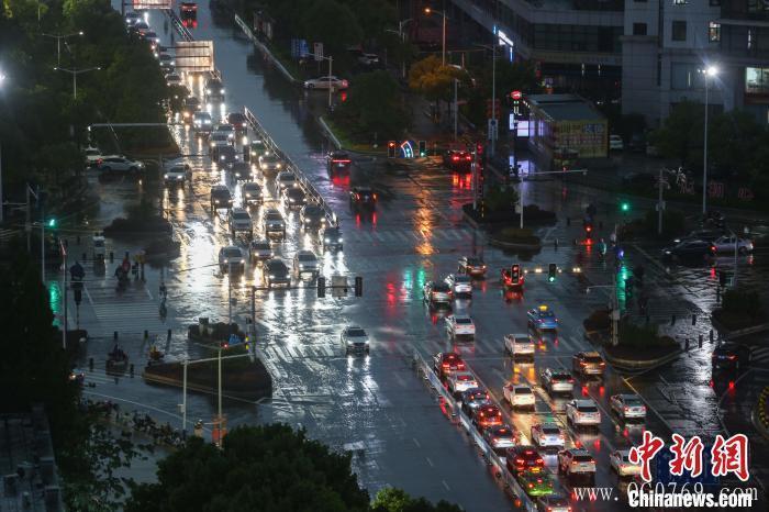图为江西南昌红谷滩区一道路拥堵,车辆通行缓慢。 刘力鑫 摄